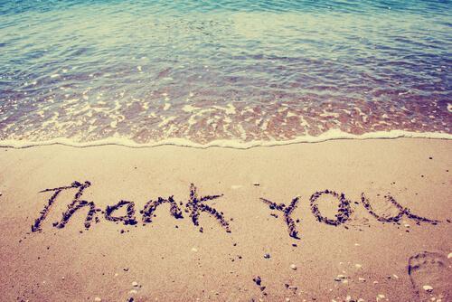 Dziękuję napisane na piasku na plaży