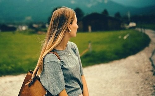 Dziewczyna spogląda na drogę - dystans