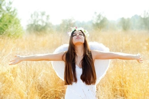 Dziewczyna ze skrzydłami i otwartymi ramionami