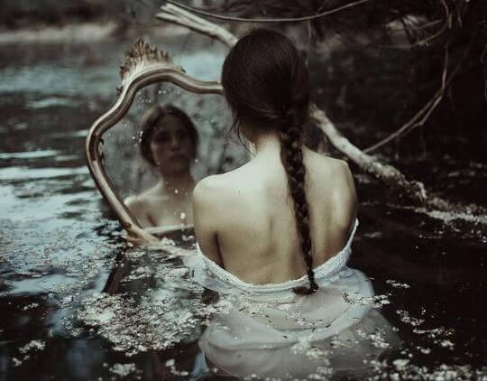 Dziewczyna z lustrem w wodzie.