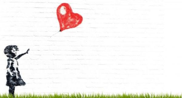 Dziewczynka z balonikiem w kształcie serca.