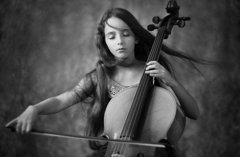 dziewczynka grająca na wiolonczeli