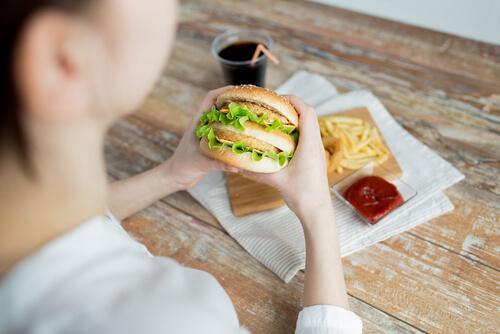 Głód emocjonalny - jedzenie hamburgera