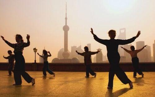 Grupa ćwicząca Tai-Chi.