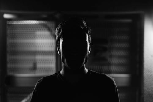 Jak zapobiegać nawrotom problemów lękowych - mężczyzna w cieniu