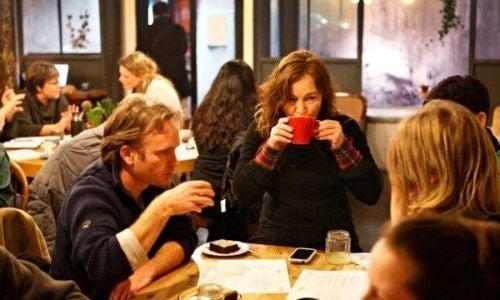 Kawiarnie śmierci - ludzie przy stole
