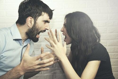 kłócąca się para - trudne rozmowy