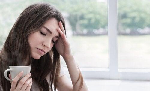 Świadomość własnego ciała - kobieta i ból głowy.