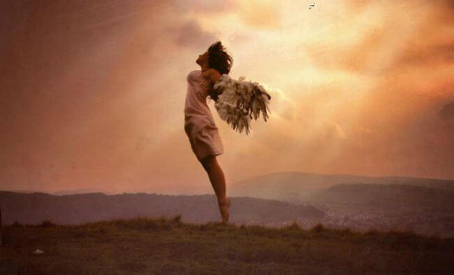 Dziewczyna unosząca się w powietrzu.