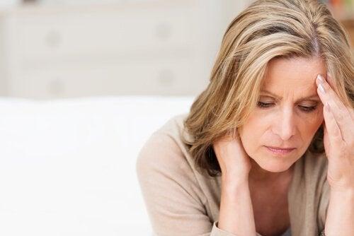 kobieta mająca objawy depresji