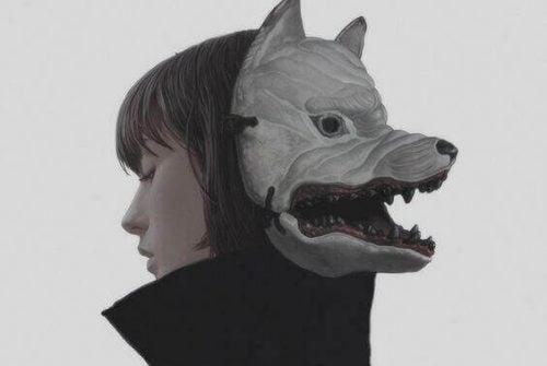 Kobieta z maską z tyłe głowy - kameleony społeczne