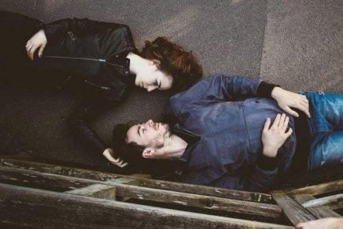 Kobieta i mężczyzna leżą i patrzą sobie w oczy