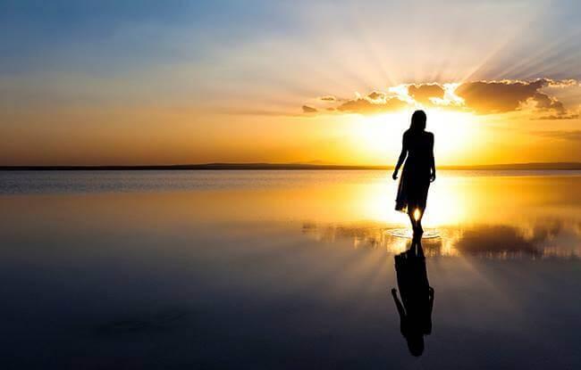 kobieta o zachodzie słońca - narodzić się na nowo
