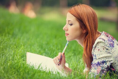 Kobieta pisze dziennik - techniki poznawczo-behawioralne