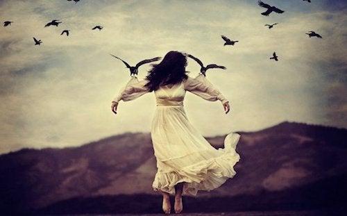 kobieta podtrzymywana przez ptaki - węzły emocjonalne