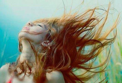 Kobieta z rozwianymi włosami