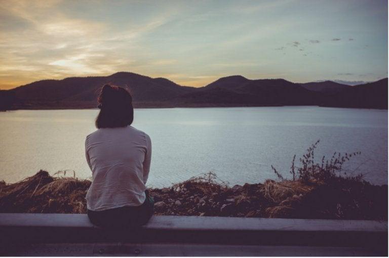 kobieta siedząca nad brzegiem