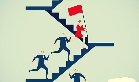 kobieta wbiegająca po schodach