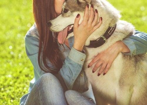 Kobieta przytula psa