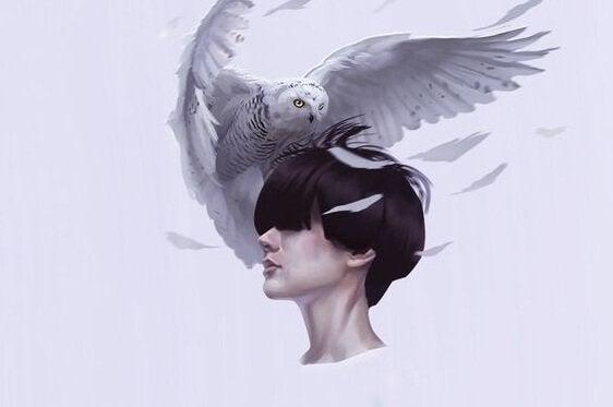 kobieta z sową na głowie jako silna osobowość