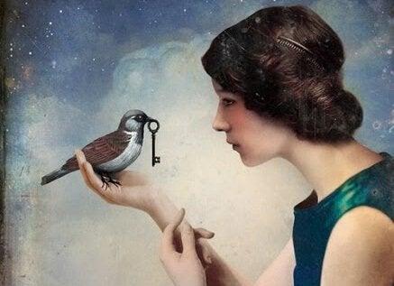 Kobieta z ptaszkiem, który trzyma klucz.