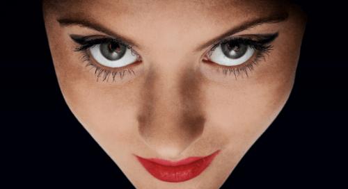 Kontakt wzrokowy - kobieta patrzy