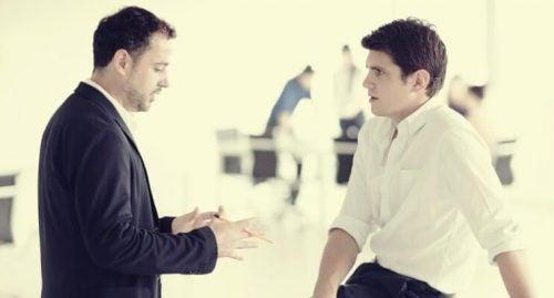 Kontakt wzrokowy - rozmowa dwóch mężczyzn