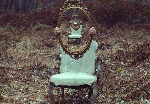 Lustro na krześle