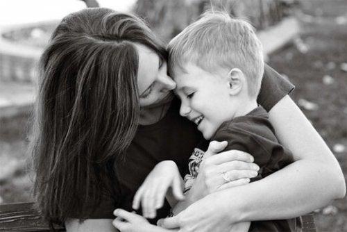 Matka przytulająca syna.