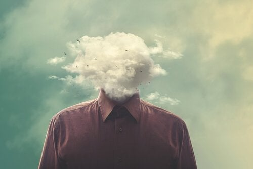 Mężczyzna z głową w chmurach.