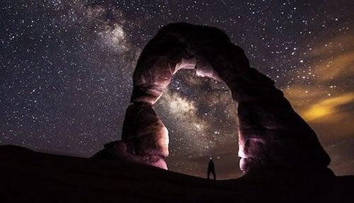 mężczyzna patrzący w niebo