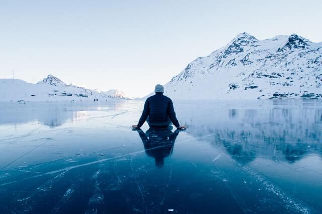mężczyzna siedzący na lodzie