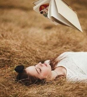 Nerwica niedzielna - kobieta leży i czyta książkę