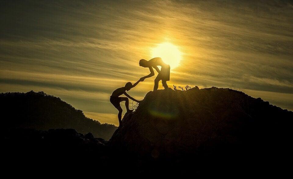osoba pomagająca drugiej osobie