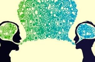 osoby rozmawiające ze sobą - kompetencje społeczne