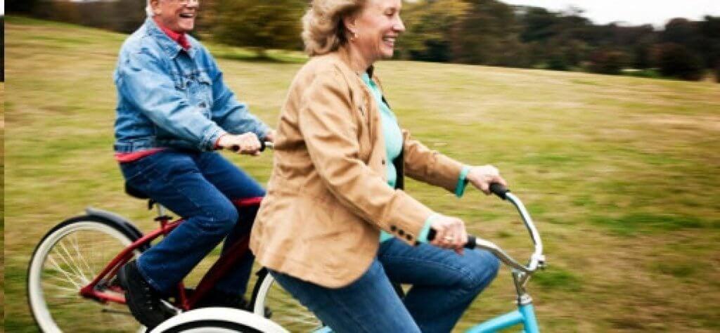 Dwoje ludzi na rowerze.