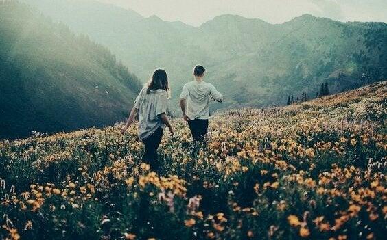 para spacerująca po kwiatowej ścieżce