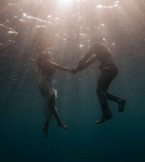Pożądanie seksualne - para tańczy pod wodą