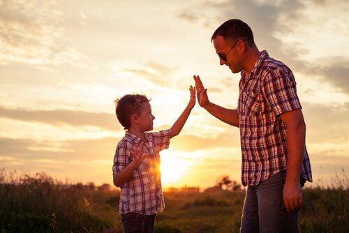 Porozumienie - ojciec z synem na łące