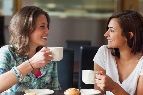 Przyjaciele stosują aktywne słuchanie przy kawie