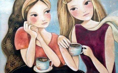 Przyjaciółki piją kawę i przeżywają niezwykłe chwile