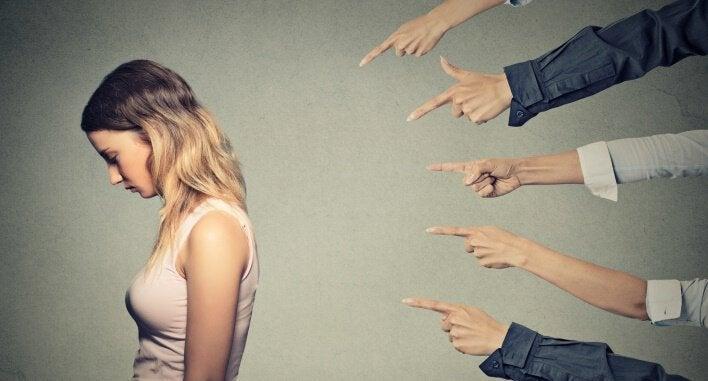 ręce wytykające dziewczynę