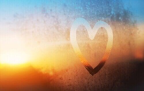 serce narysowane na szkle