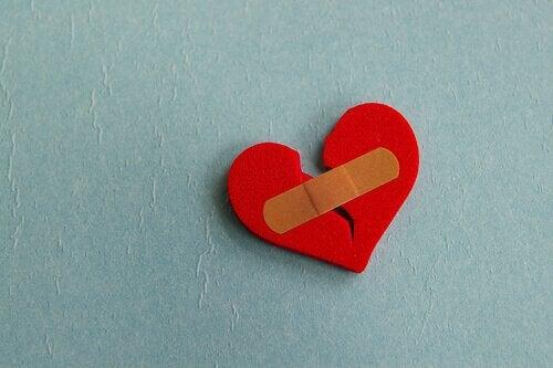 serce sklejone plastrem
