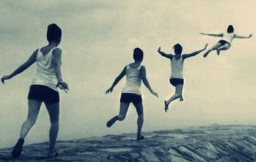 Skaczący chłopiec