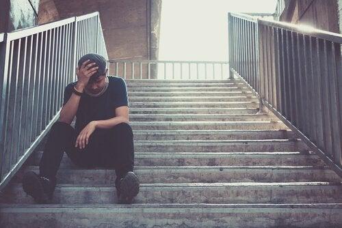 smutny mężczyzna na schodach