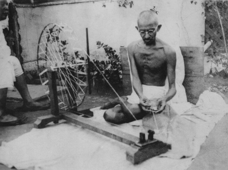 szyjący Gandhi