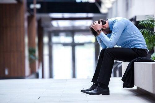Zestresowany mężczyzna trzyma się za głowę