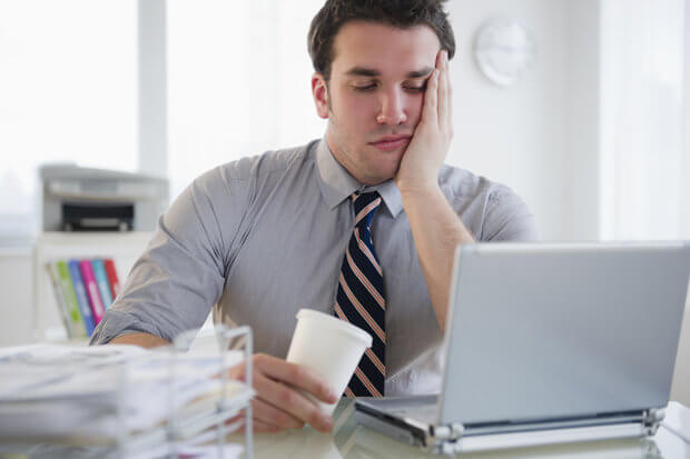 znudzony mężczyzna w pracy