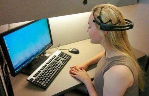 Neurofeedback - kobieta i komputer